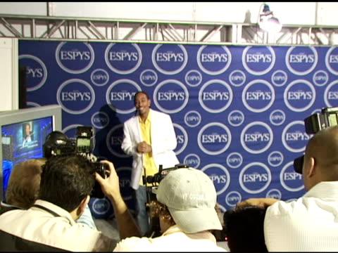 vídeos y material grabado en eventos de stock de chris 'ludacris' bridges at the 2006 espy awards press room at the kodak theatre in hollywood, california on july 12, 2006. - premios espy