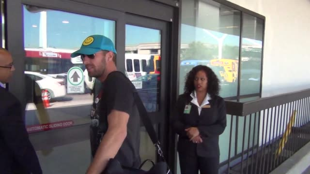 chris martin departing los angeles international airport at celebrity sightings in los angeles on september 18 2015 in los angeles california - セレブリティの日常シーン点の映像素材/bロール