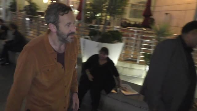 vidéos et rushes de chris o'dowd signs for fans outside the living with yourself premiere at arclight cinemas in hollywood in celebrity sightings in los angeles, - arclight cinemas hollywood