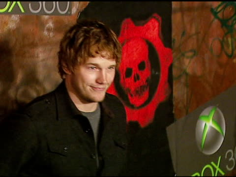 chris pratt at the xbox 360 'gears of war' launch at hollywood forever cemetery in los angeles, california on october 25, 2006. - ギアーズオブウォー点の映像素材/bロール