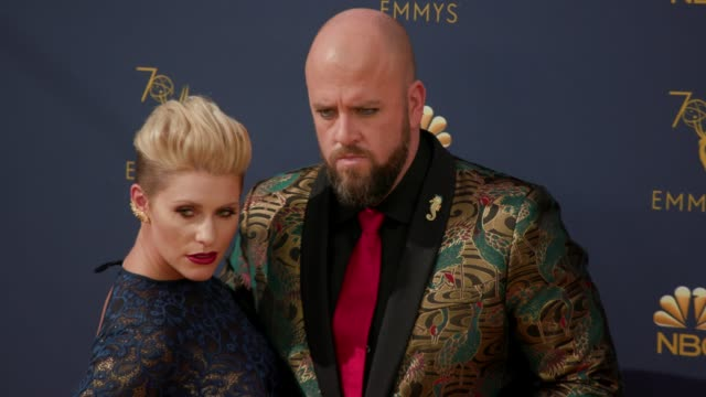 vídeos de stock, filmes e b-roll de chris sullivan and rachel reichard at the 70th emmy awards arrivals at microsoft theater on september 17 2018 in los angeles california - 70th annual primetime emmy awards