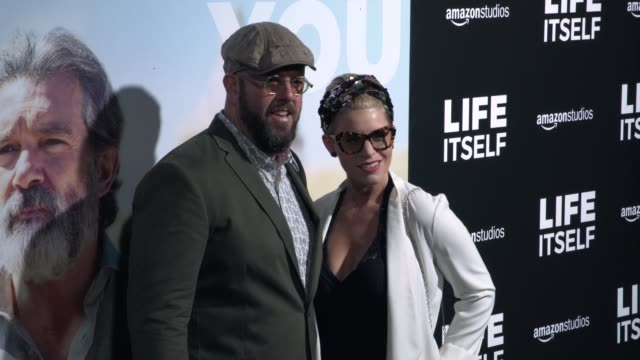 "vídeos y material grabado en eventos de stock de chris sullivan and rachel reichard at the ""life itself"" los angeles premiere at arclight cinemas cinerama dome on september 13, 2018 in hollywood,... - cinerama dome hollywood"