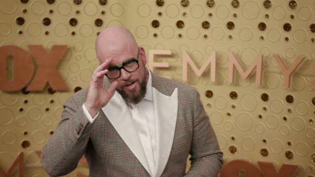 vídeos y material grabado en eventos de stock de chris sullivan at the 71st emmy awards - arrivals at microsoft theater on september 22, 2019 in los angeles, california. - premios emmy