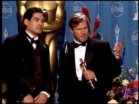 vídeos de stock e filmes b-roll de chris tashima at the 1998 academy awards at the shrine auditorium in los angeles california on march 23 1998 - 70.ª edição da cerimónia dos óscares