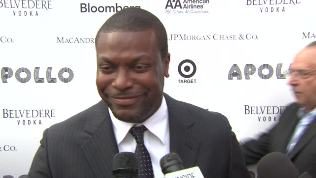 vídeos de stock e filmes b-roll de chris tucker talks about accepting michael's award got him and what a great guy he was looking forward to the queen being honored and hopes she sings... - benefit concert