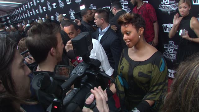 stockvideo's en b-roll-footage met chrisette michele at the 2009 vh1 hip hop honors red carpet at new york ny - vh1