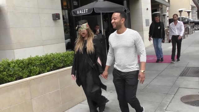 vídeos y material grabado en eventos de stock de chrissy teigen john legend talks about trump disinviting the eagles to the white house while shopping in beverly hills in celebrity sightings in los... - christine teigen