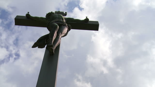 t/l christ cross against dramatic sky - textfreiraum stock videos & royalty-free footage