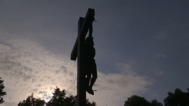 t/l christ cross against evening sky - kunst stock videos & royalty-free footage