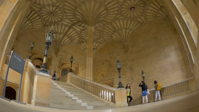 christchurch collegethe hall staircase, ws,tourists, - oxford england video stock e b–roll