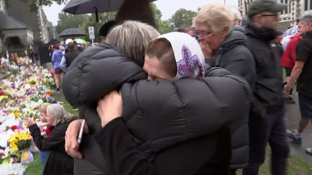 jacinda ardern to push for gun law changes as locals mourn victims new zealand south island canterbury christchurch ext various mourners crying - christchurch stock-videos und b-roll-filmmaterial