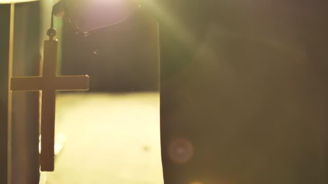 christliches kreuz in halloween - jesus christus stock-videos und b-roll-filmmaterial