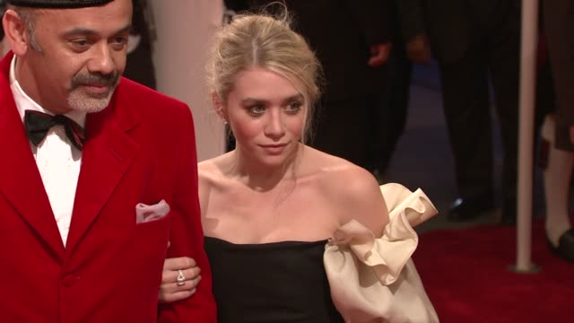 christian louboutin and ashley olsen at the 'alexander mcqueen: savage beauty' costume institute gala at the metropolitan museum of art at new york... - アシュレー・オルセン点の映像素材/bロール