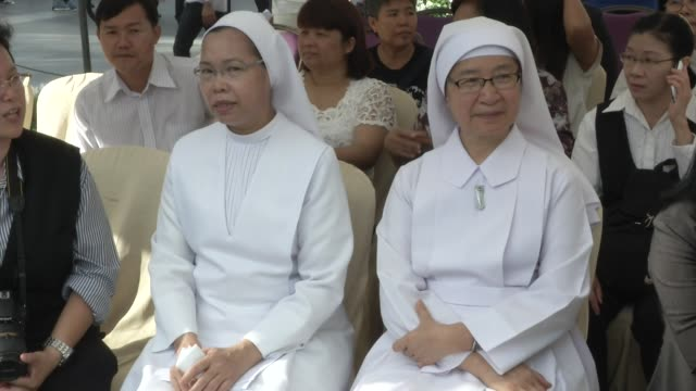 christian nuns and priests attend a multi-faith religious ceremony near the erawan shrine after four days after a bomb exploded close to the shrine... - エラワン聖堂点の映像素材/bロール