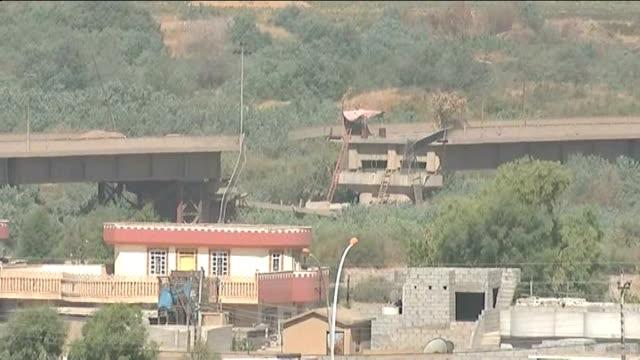 christians under threat in northern iraq iraq nr irbil ext gvs kurdish fighters firing weapon from back of truck wide shot terrain and buildings... - 2014 bildbanksvideor och videomaterial från bakom kulisserna