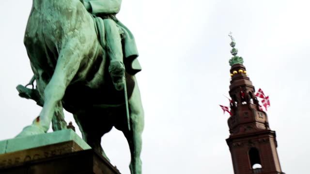 vídeos y material grabado en eventos de stock de palacio de christiansborg - danish flag