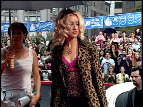 stockvideo's en b-roll-footage met christina aguilera arriving to the 1999 mtv video music awards red carpet - 1999
