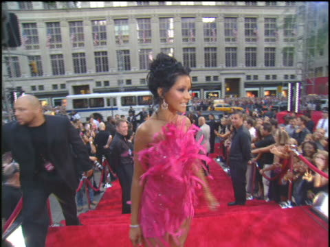 stockvideo's en b-roll-footage met christina aguilera coming to the 2003 mtv mtv video music awards red carpet. christina aguilera wearing a pink, faux feather dress. - 2003