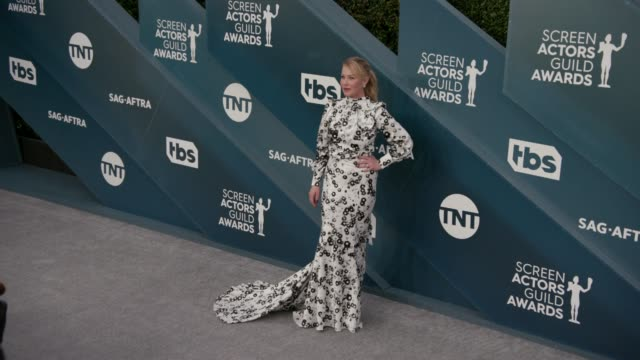 vídeos y material grabado en eventos de stock de christina applegate at the 26th annual screen actors guild awards - arrivals at the shrine auditorium on january 19, 2020 in los angeles, california. - screen actors guild awards