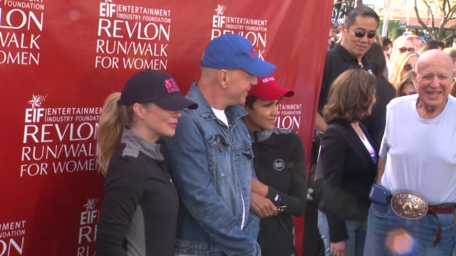 christina applegate, bruce willis & halle berry at the 21st annual eif revlon run walk for women at los angeles coliseum on may 10, 2014 in los... - レブロン点の映像素材/bロール