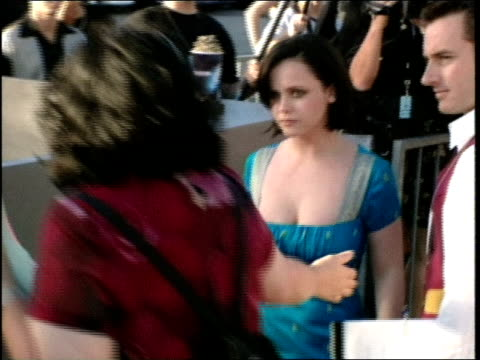 christina ricci on the red carpet at the 1998 mtv movie awards. - christina ricci stock videos & royalty-free footage