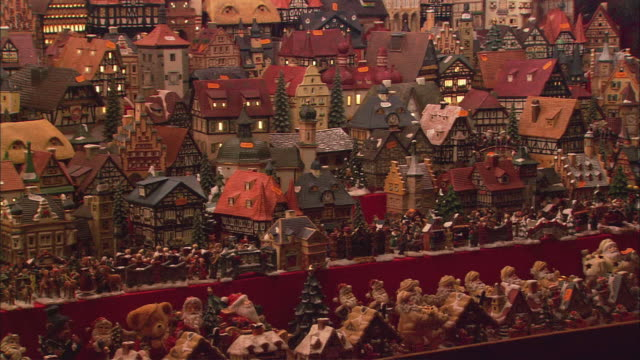 ws pan christkindlesmarkt (christmas market) stall with toy houses / nuremberg, bavaria, germany - nuremberg stock videos & royalty-free footage