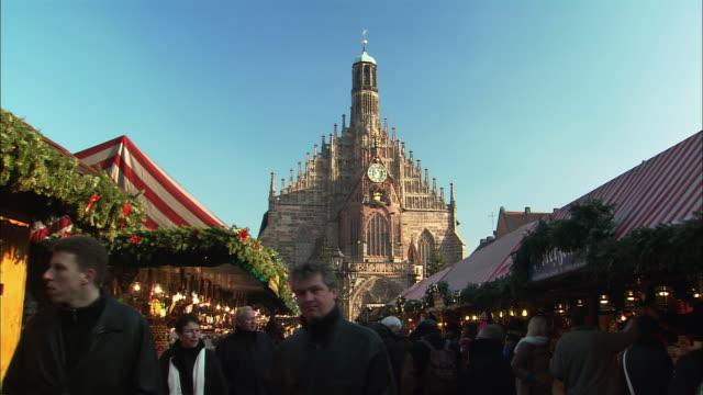 ws td christkindlesmarkt with frauenkirche church behind / nuremberg, bavaria, germany - nuremberg stock videos & royalty-free footage