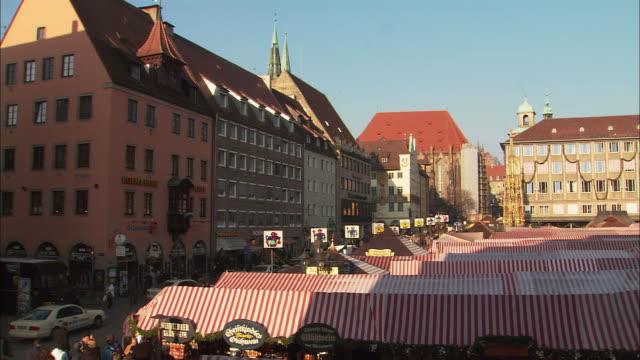 ws ha pan christkindlesmarkt (christmas market) with frauenkirche / nuremberg, bavaria, germany - nuremberg stock videos & royalty-free footage