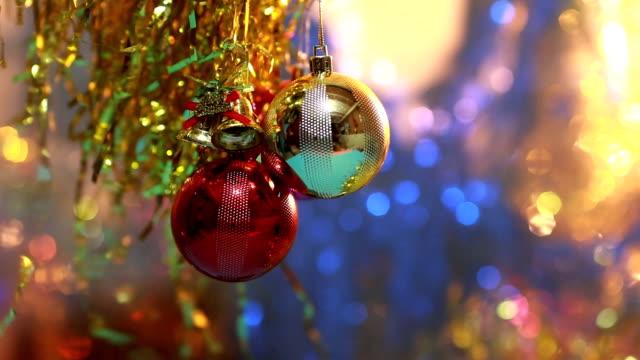 vídeos y material grabado en eventos de stock de decoración de año nuevo y navidad. resumen borrosa fondo bokeh vacaciones. - árbol de navidad