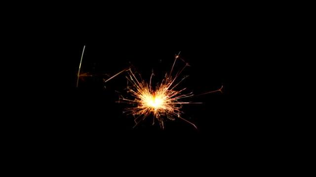 vidéos et rushes de noël et nouvel an fête cierge magique sur noir - cierge magique