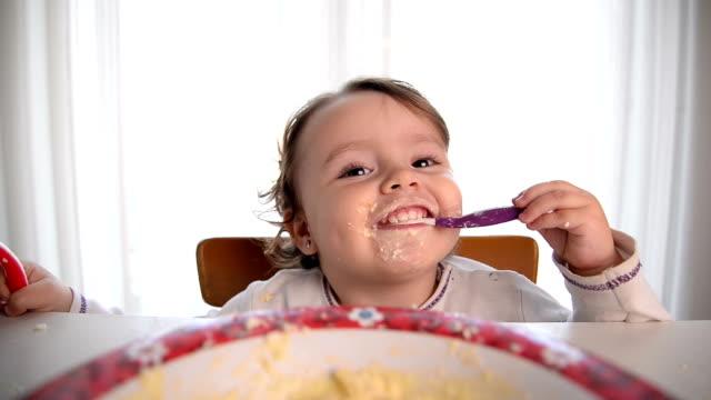 natale bambina mangiare e sorridere - birichinata video stock e b–roll
