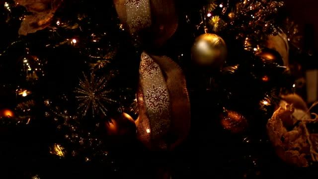 vidéos et rushes de fond de noël avec des boules de noël - guirlande lumineuse décoration de fête