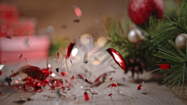 vídeos de stock, filmes e b-roll de slo mo bola de natal caindo no chão, esmagado em pedaços. - bola de árvore de natal