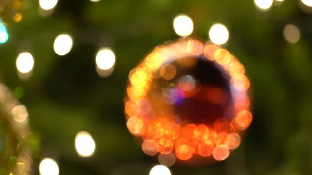 vidéos et rushes de boule de noël 4k sur l'arbre pour la décoration - pinacée