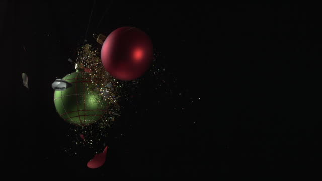 stockvideo's en b-roll-footage met christmas balls crashing - kerstversiering