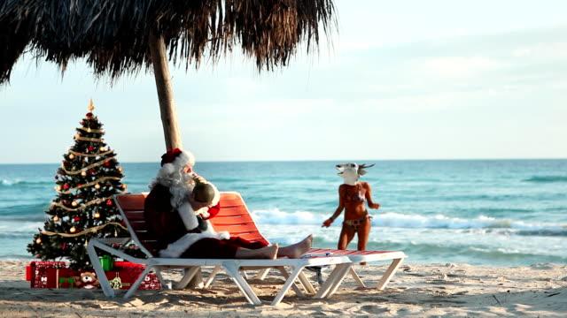 weihnachten party am strand - weihnachtsbaum stock-videos und b-roll-filmmaterial