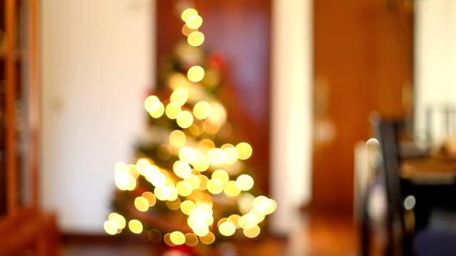 vídeos y material grabado en eventos de stock de christmas. bokeh of christmas lights at home. - dentro