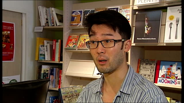 stockvideo's en b-roll-footage met booksellers celebrate sales upturn with an unexpected bestseller mark forsyth interview sot is it because all the celebrities who had an... - autobiografie