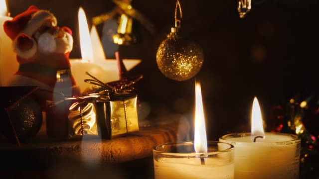 stockvideo's en b-roll-footage met kaars en rode kerstballen - decor