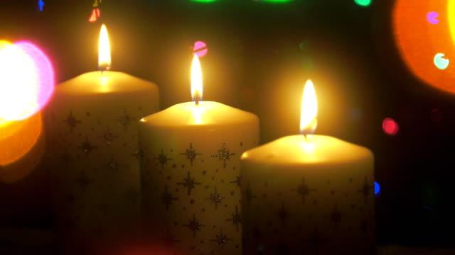 vídeos de stock, filmes e b-roll de velas de natal - foco difuso