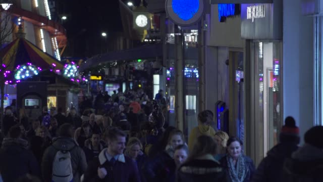 stockvideo's en b-roll-footage met christmas city shopping crowds night lights rides winter presents bags - stadsweg