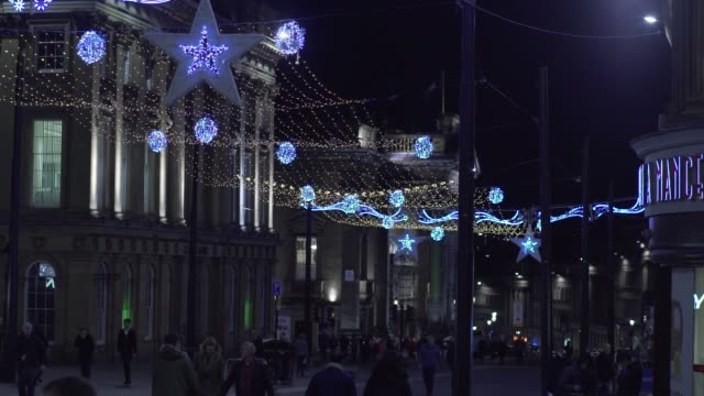 christmas city shopping crowds night lights winter presents bags pret a manger - wohnungsprobleme stock-videos und b-roll-filmmaterial