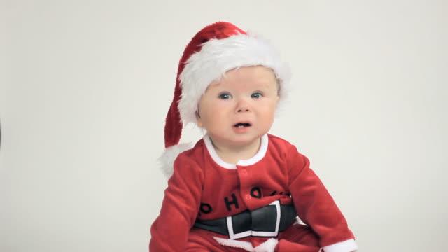 vídeos de stock e filmes b-roll de santa natal engraçado menino - chapéu do pai natal