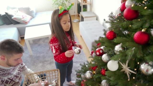 vídeos de stock e filmes b-roll de christmas decorating - arvore de natal