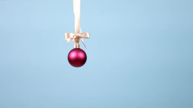 vídeos de stock, filmes e b-roll de bola de decoração de natal caindo do topo da moldura - bola de árvore de natal