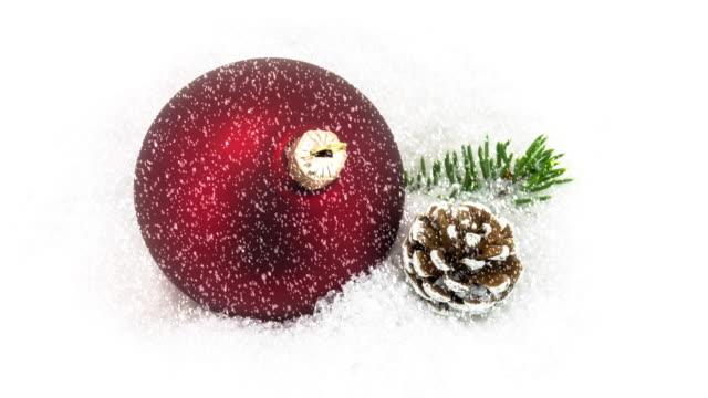 Weihnachtsdekoration im Schnee