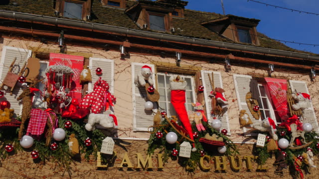 christmas decoration in the old town of strasbourg, alsace, france - weihnachtsmütze stock-videos und b-roll-filmmaterial