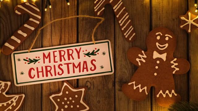 stockvideo's en b-roll-footage met de decoratie van kerstmis op houten rustieke lijst en een wenskaart - cadeau