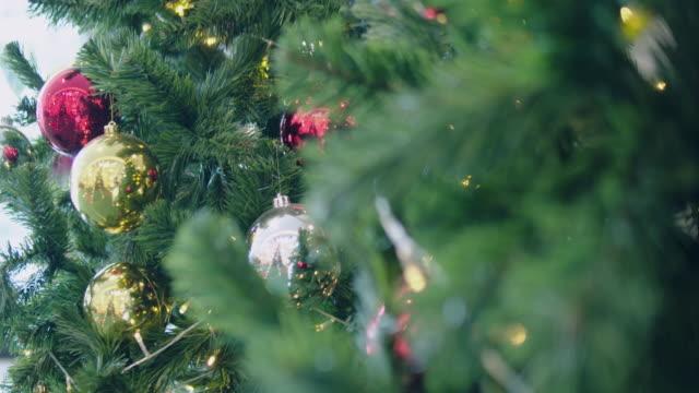 vídeos de stock, filmes e b-roll de decorações de natal close-up. - mercado espaço de venda no varejo