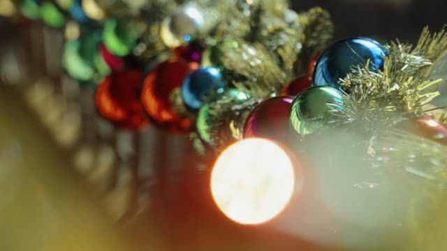 stockvideo's en b-roll-footage met christmas decorations shallow dof - kerstversiering